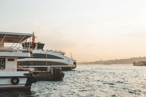 Gratis lagerfoto af anløbsbro, båd, bølger, dagslys