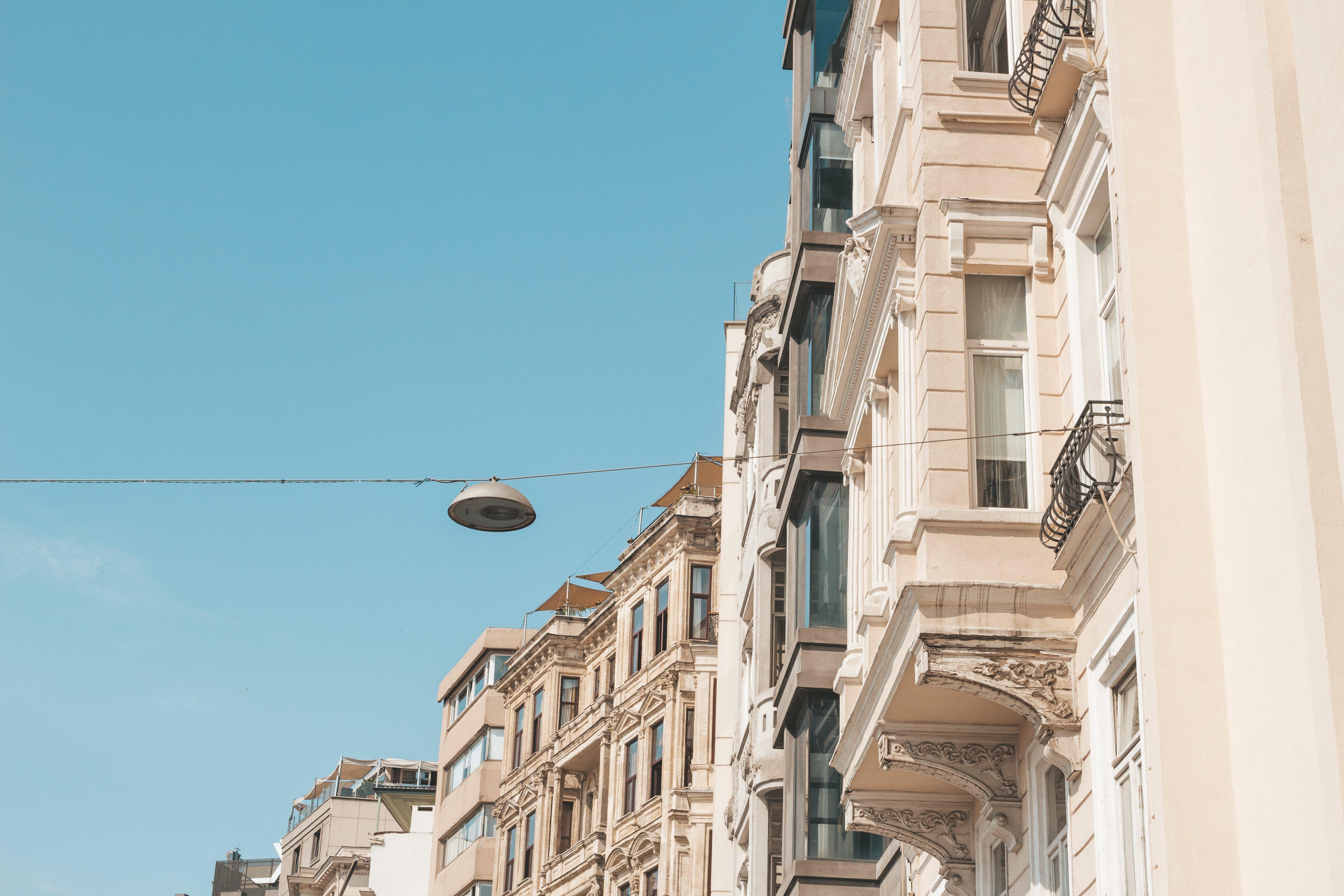 Kostenloses Stock Foto zu altstadt, architektur, aufnahme von unten, außen