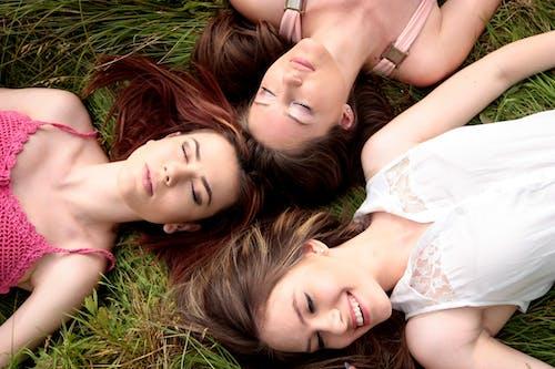 Foto profissional grátis de adolescente, alegria, amizade, amor