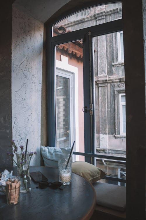 Kostenloses Stock Foto zu architektur, brille, drinnen, fenster