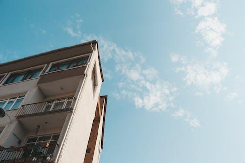 Foto stok gratis Arsitektur, Arsitektur modern, awan, balkon