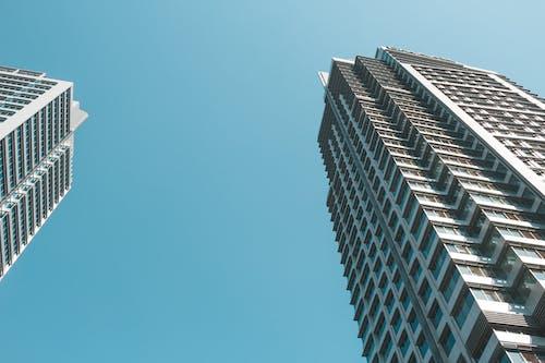 Безкоштовне стокове фото на тему «архітектура, багатосторінковий, безхмарний, блакитне небо»