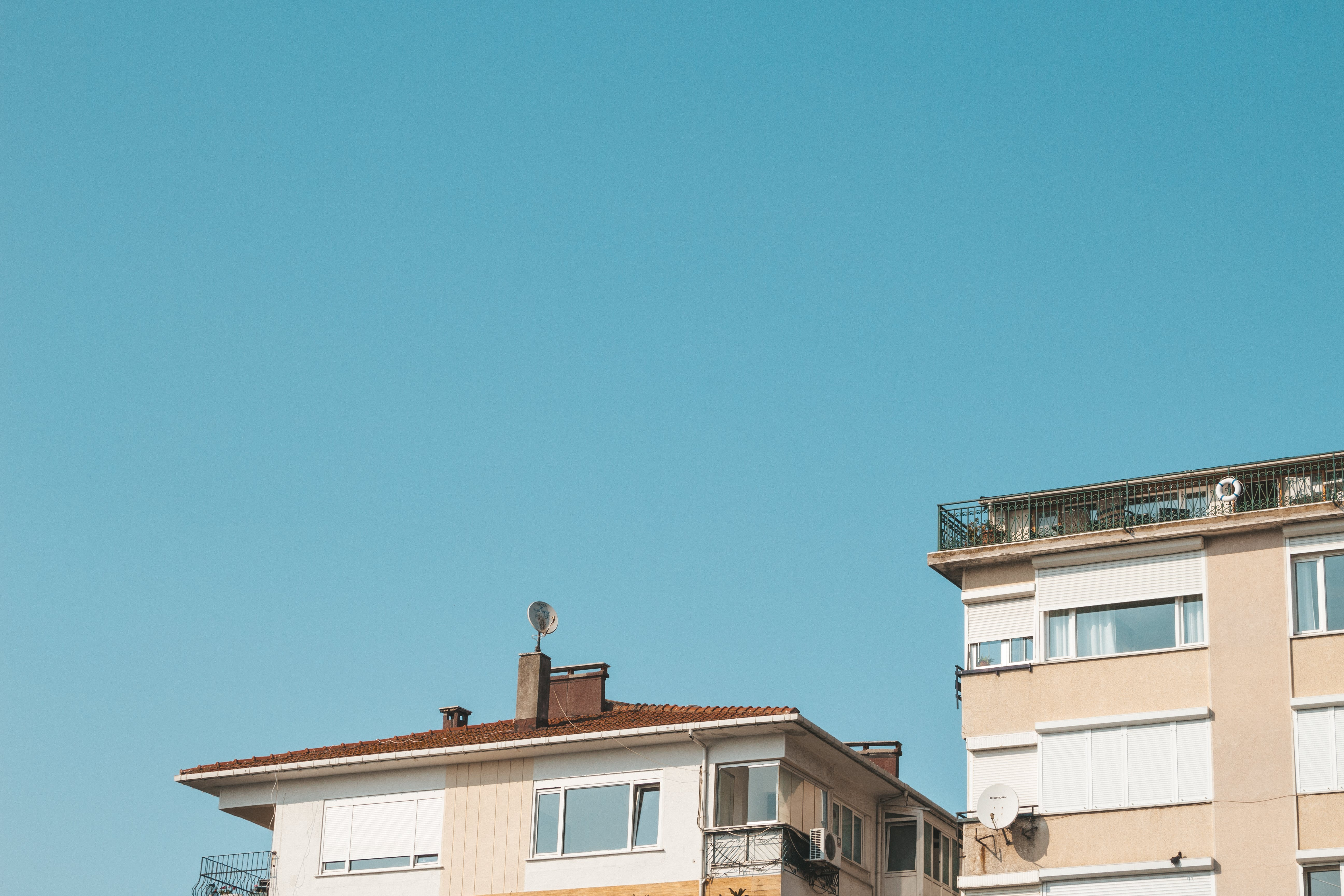 Foto d'estoc gratuïta de apartament, arquitectura, balcó, cel blau