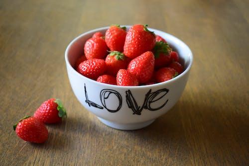 Foto profissional grátis de alimento, bacia, frutas, morangos