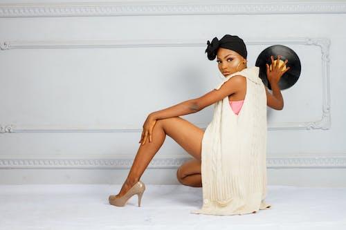 Ingyenes stockfotó afro-amerikai nő, arckifejezés, beltéri, cipő témában