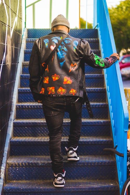 Immagine gratuita di andando su, corrimano, giacca di pelle nera, moda