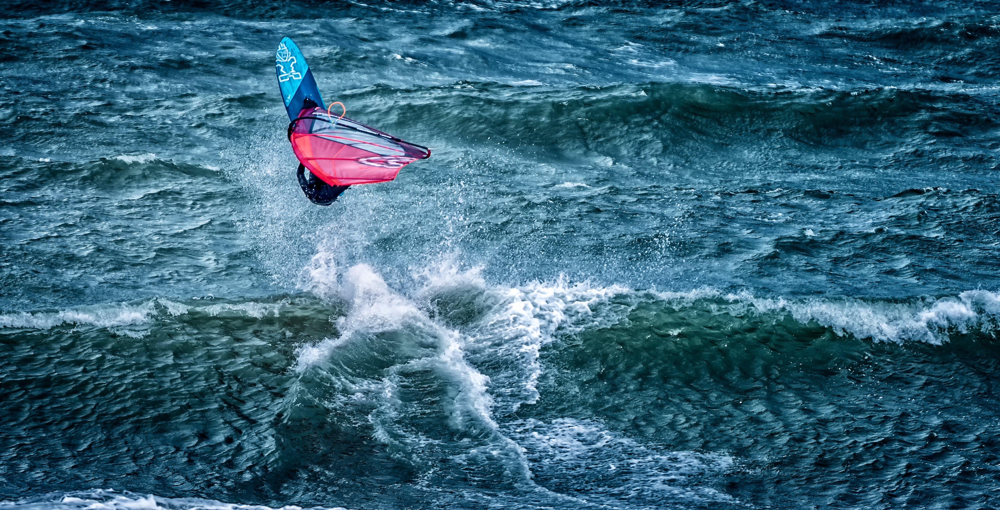 Darmowe zdjęcie z galerii z akcja, fale, nad morzem, sportowiec