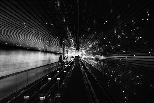 Imagine de stoc gratuită din alb-negru, arhitectură, bandă rulantă, închis la culoare