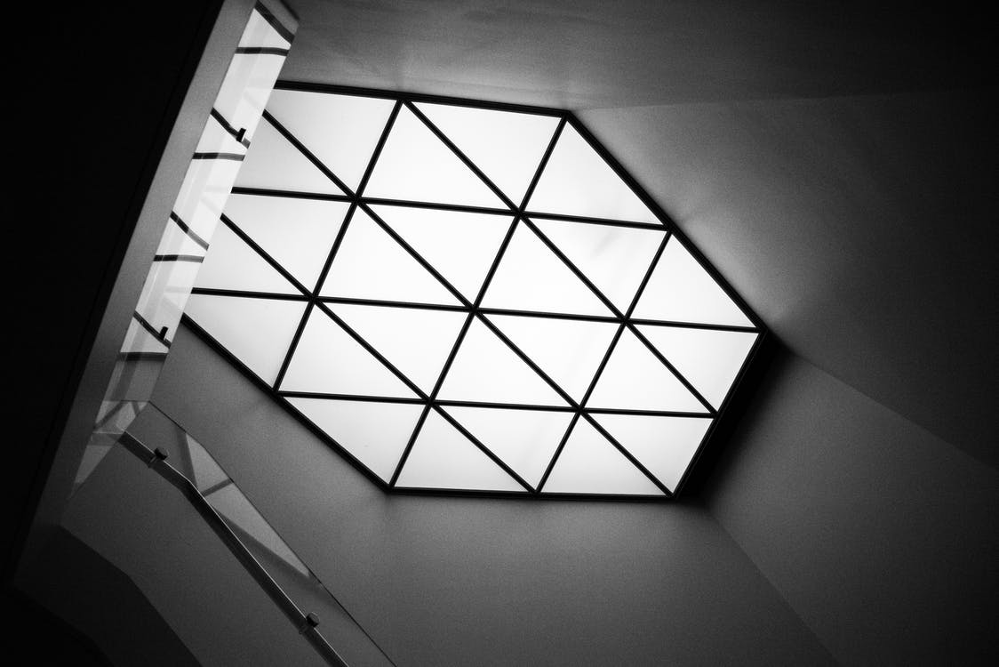 glazen dak, licht en schaduw, monochromatisch