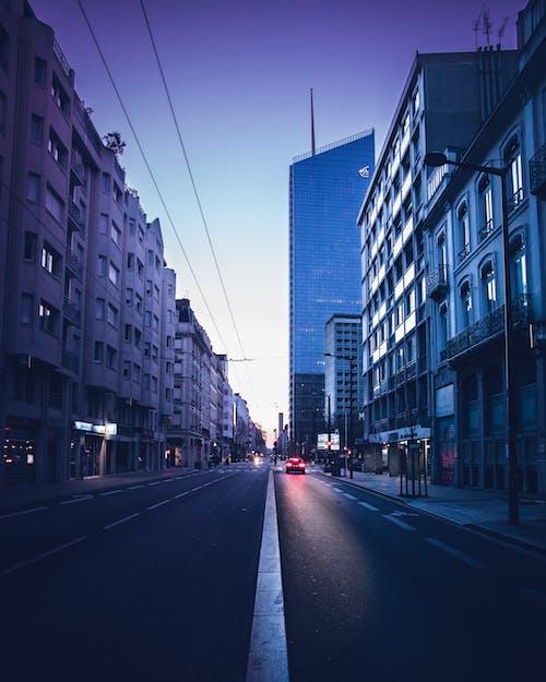 Foto profissional grátis de arquitetura, asfalto, automóvel, calçamento