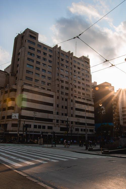 Ảnh lưu trữ miễn phí về ánh sáng ban ngày, bầu trời, đường, đường phố