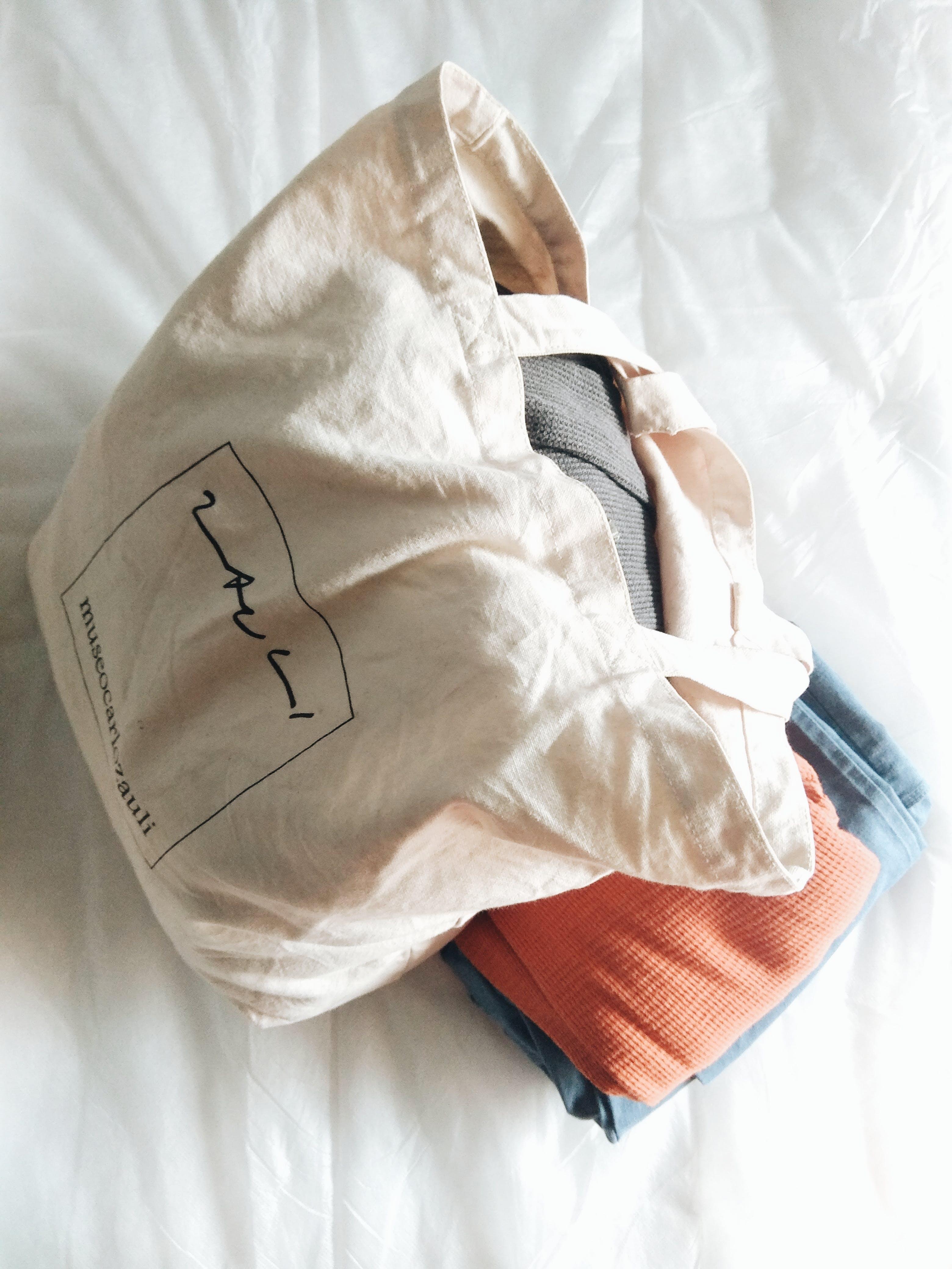 Gratis stockfoto met bed, binnen, comfort, handtas