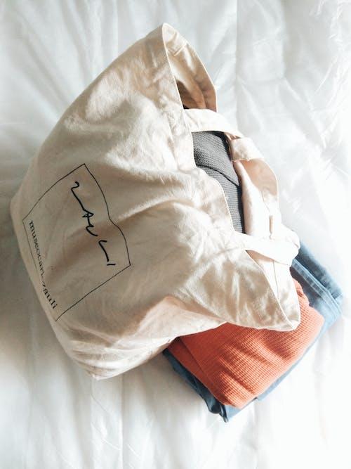 Ảnh lưu trữ miễn phí về Giường, mặc, phòng ngủ, quần áo