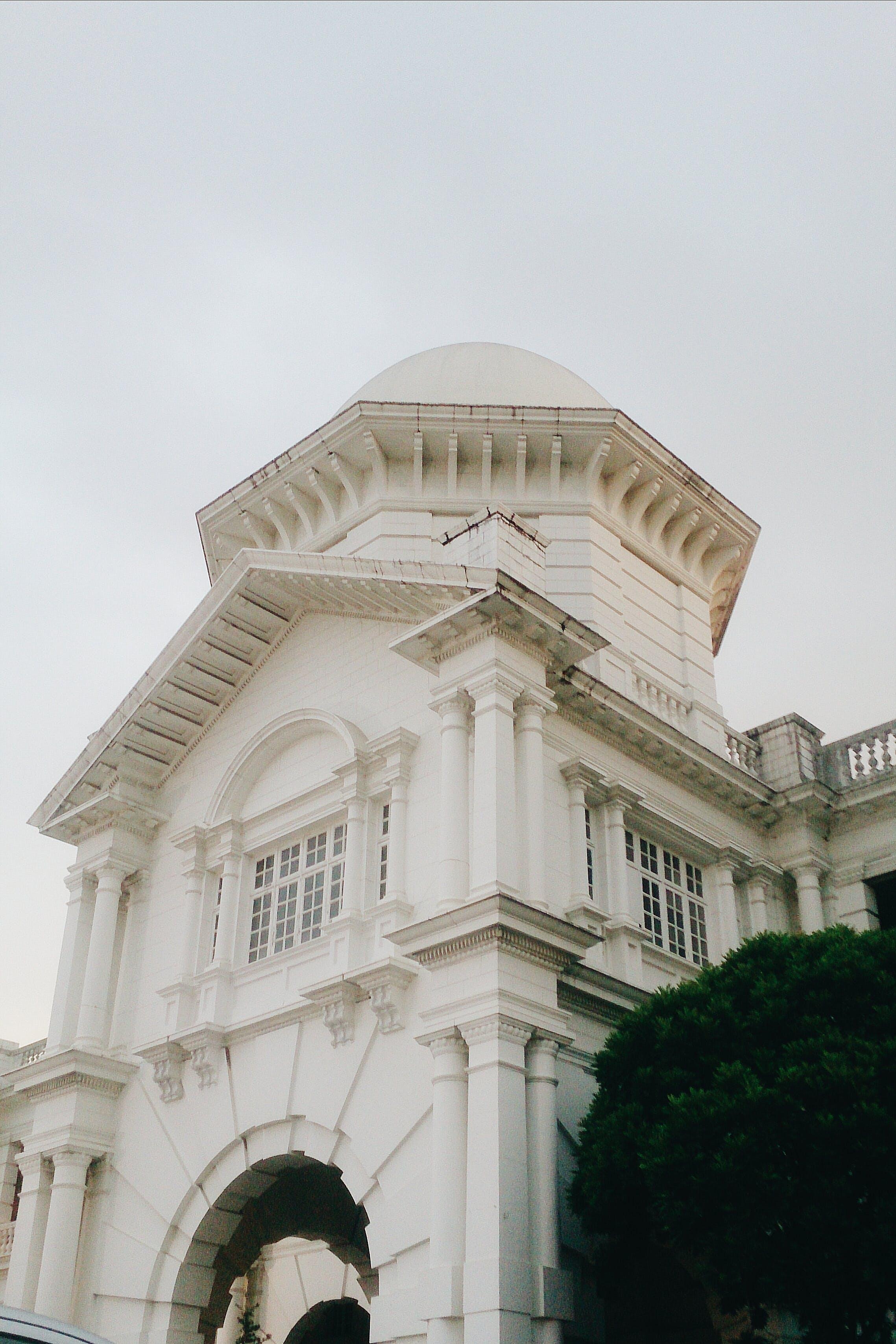 Darmowe zdjęcie z galerii z architektura, budynek, drzewa, okna