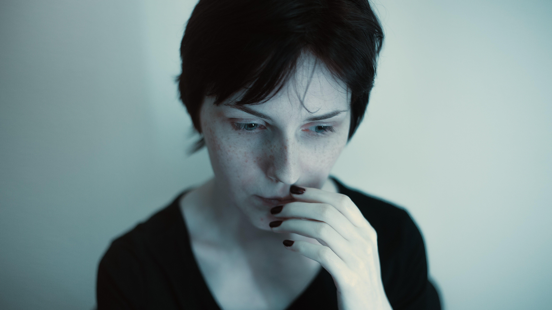Foto d'estoc gratuïta de bonic, dona, foto vertical, greu