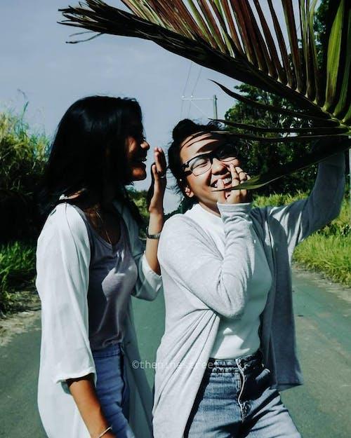 그냥 재미, 도로, 두 소녀, 마른 나뭇잎의 무료 스톡 사진