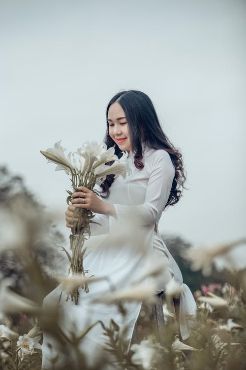 Photos gratuites de ao dai, beau, bouquet de fleurs, clairière