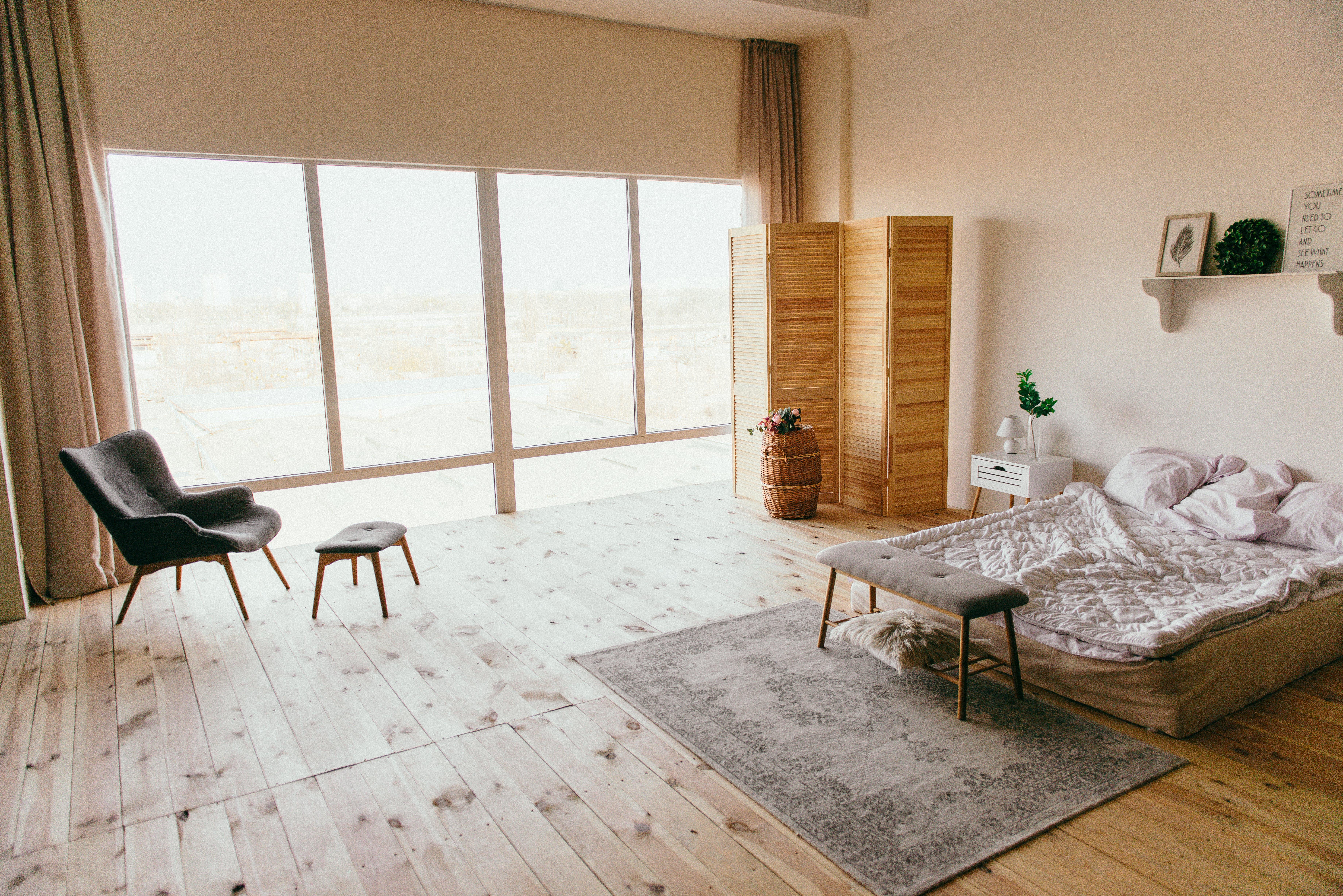Fotos de stock gratuitas de adentro, alfombra, almohadas, arquitectura