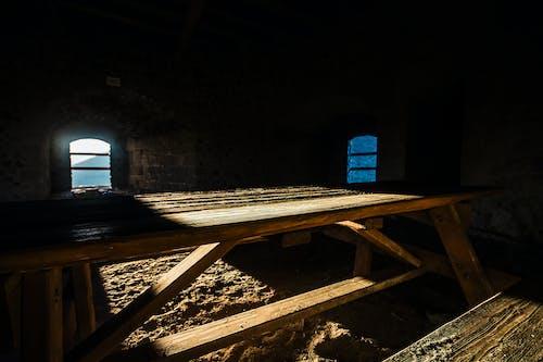 Бесплатное стоковое фото с деревянный стол, деревянный стул, кирпичи, настольная скамья