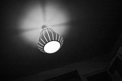Foto profissional grátis de abajur, escuro, luz e sombra, monocromático