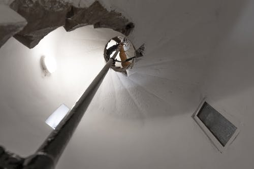 Foto profissional grátis de branco, degraus, escuro, espiral