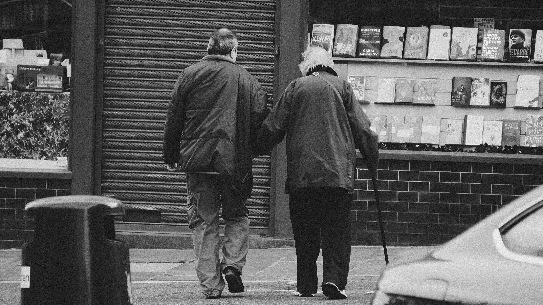 Ingyenes stockfotó fekete-fehér, idős asszony, idősebb férfi, könyvek témában