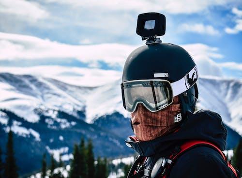 Foto profissional grátis de agasalhos, alto, árvores, câmera de capacete