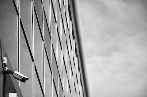 Foto d'estoc gratuïta de blanc i negre, càmera, cel, minimalisme