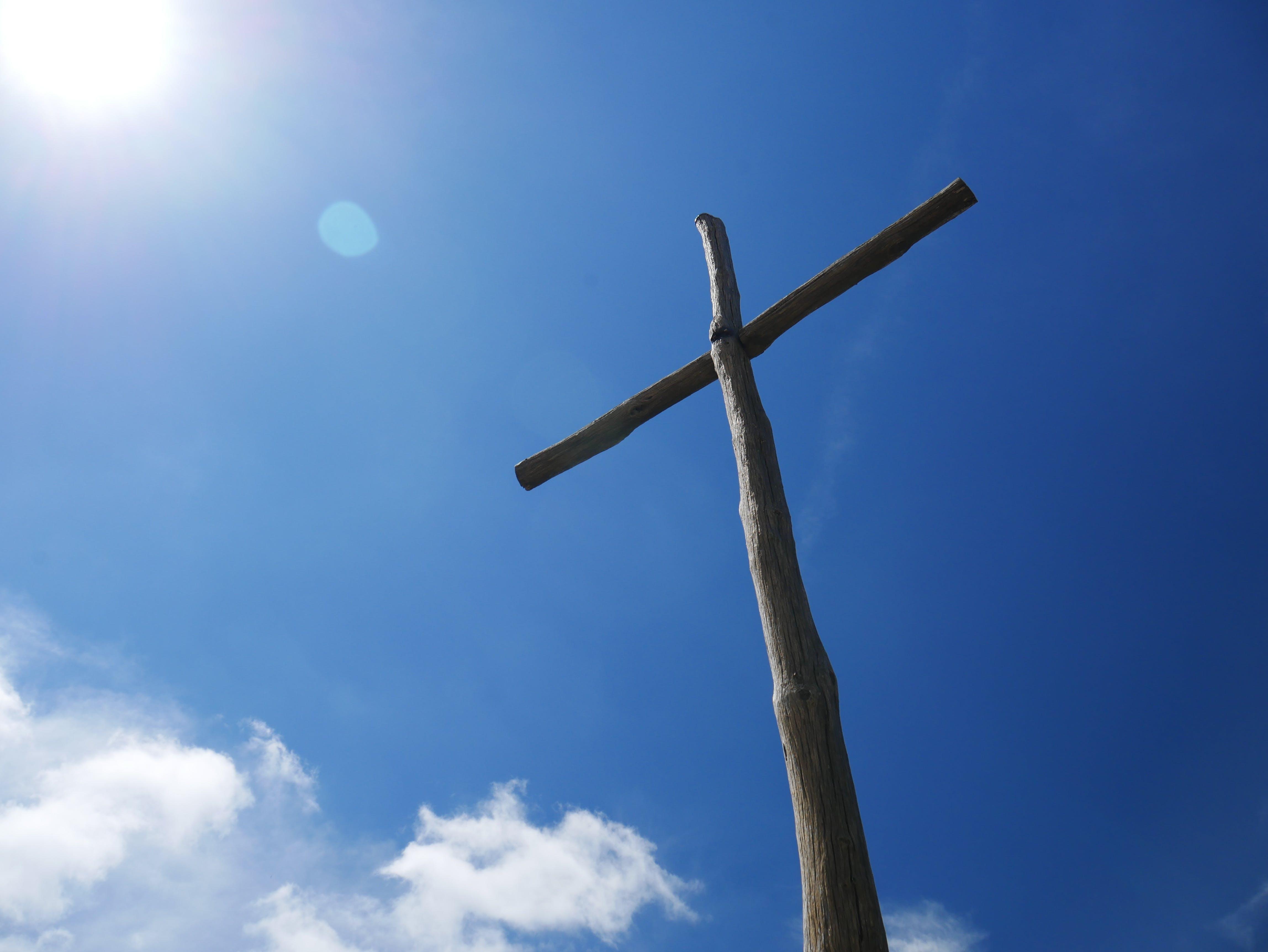 Darmowe zdjęcie z galerii z błękitne niebo, chmury, chrześcijaństwo, drewniany krzyż