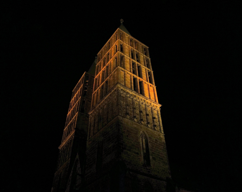 akşam, bina, çan kulesi, dar açılı çekim içeren Ücretsiz stok fotoğraf