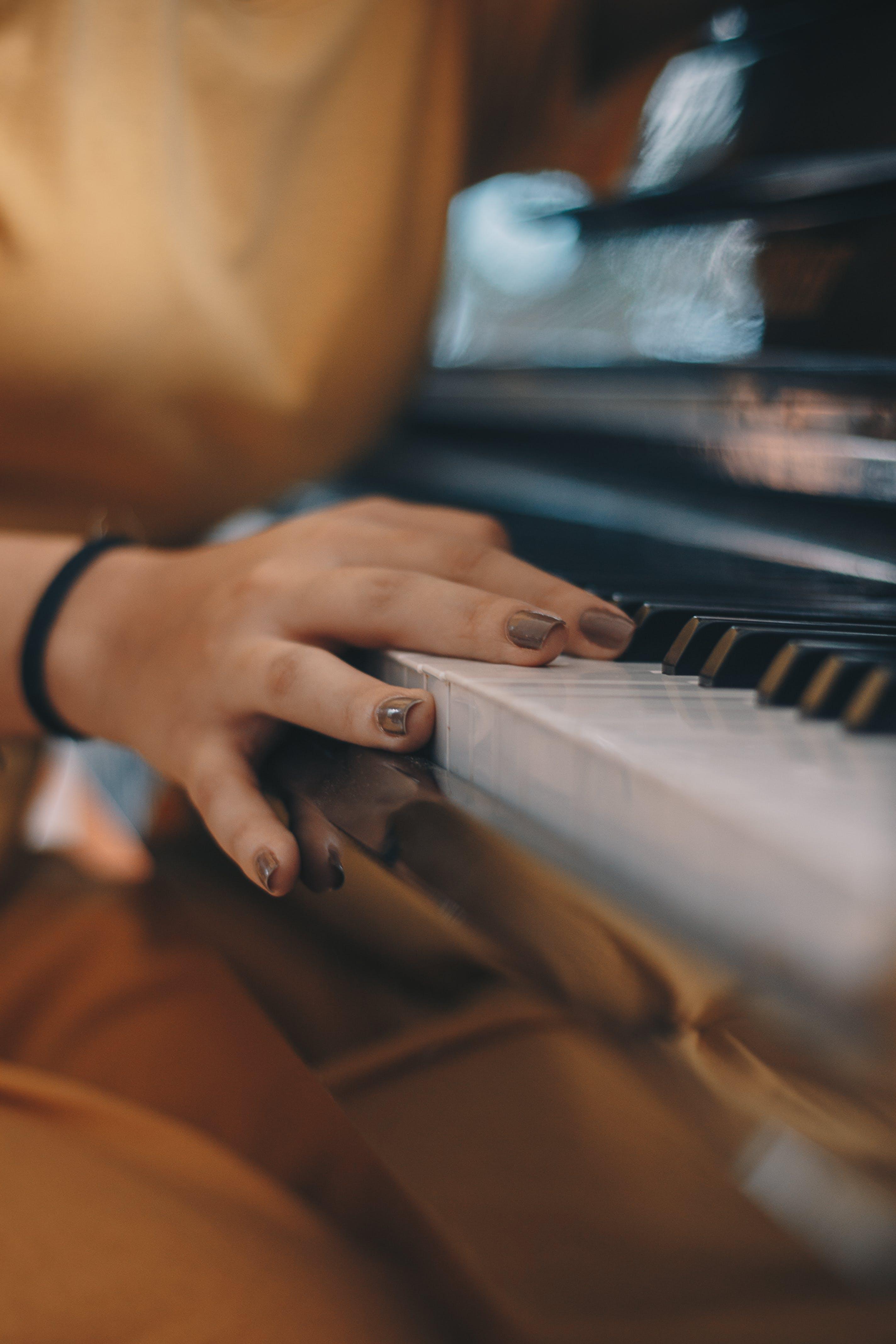 Δωρεάν στοκ φωτογραφιών με θηλυκός, μουσικό όργανο, περιποιημένα νύχια, πλήκτρα πιάνου