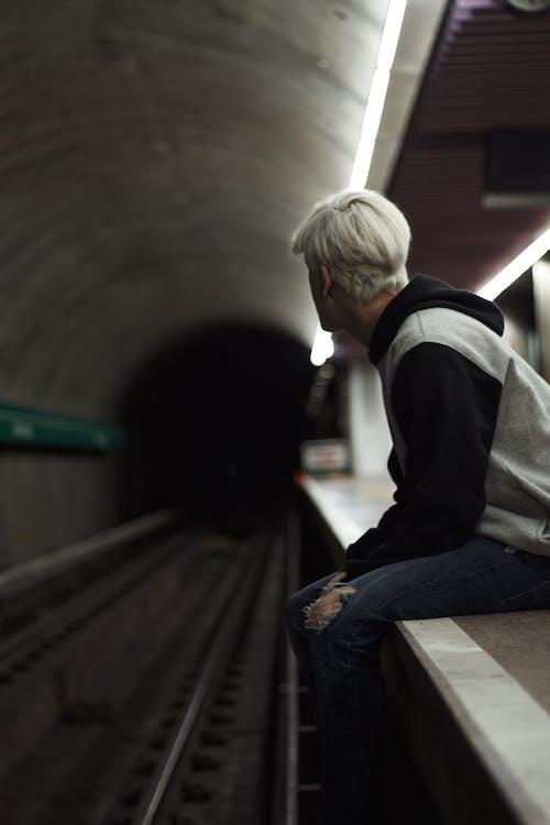Darmowe zdjęcie z galerii z dworzec kolejowy, mężczyzna, siedzenie, stacja kolejowa