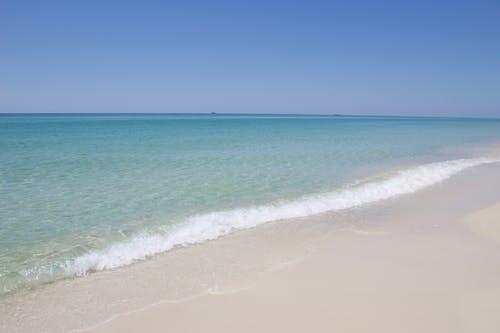 Foto profissional grátis de azul, litoral, ondas quebrando