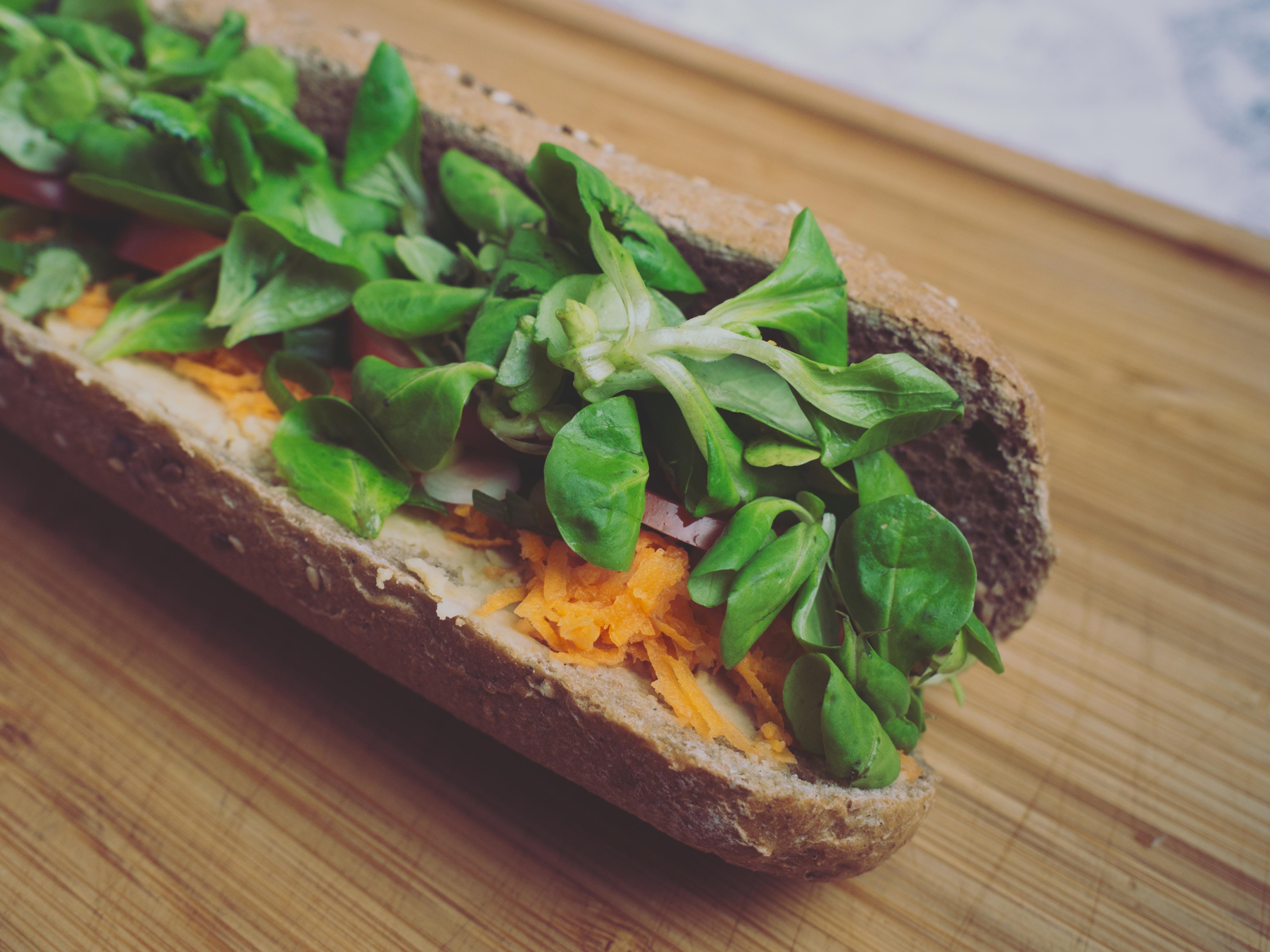 Foto d'estoc gratuïta de amanida, àpat, baguet, carn