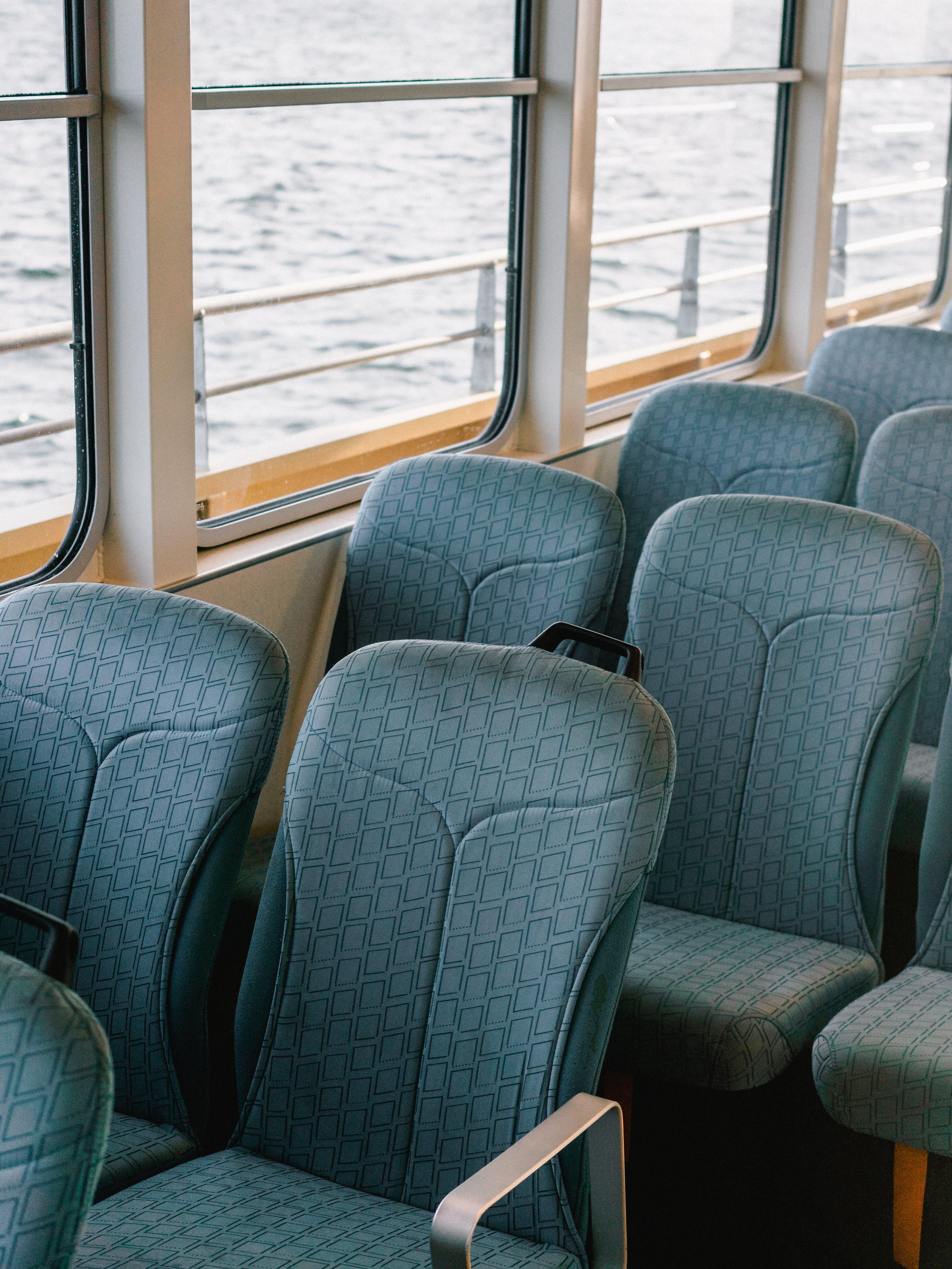 Foto profissional grátis de assentos, dentro, esvaziar, transporte público