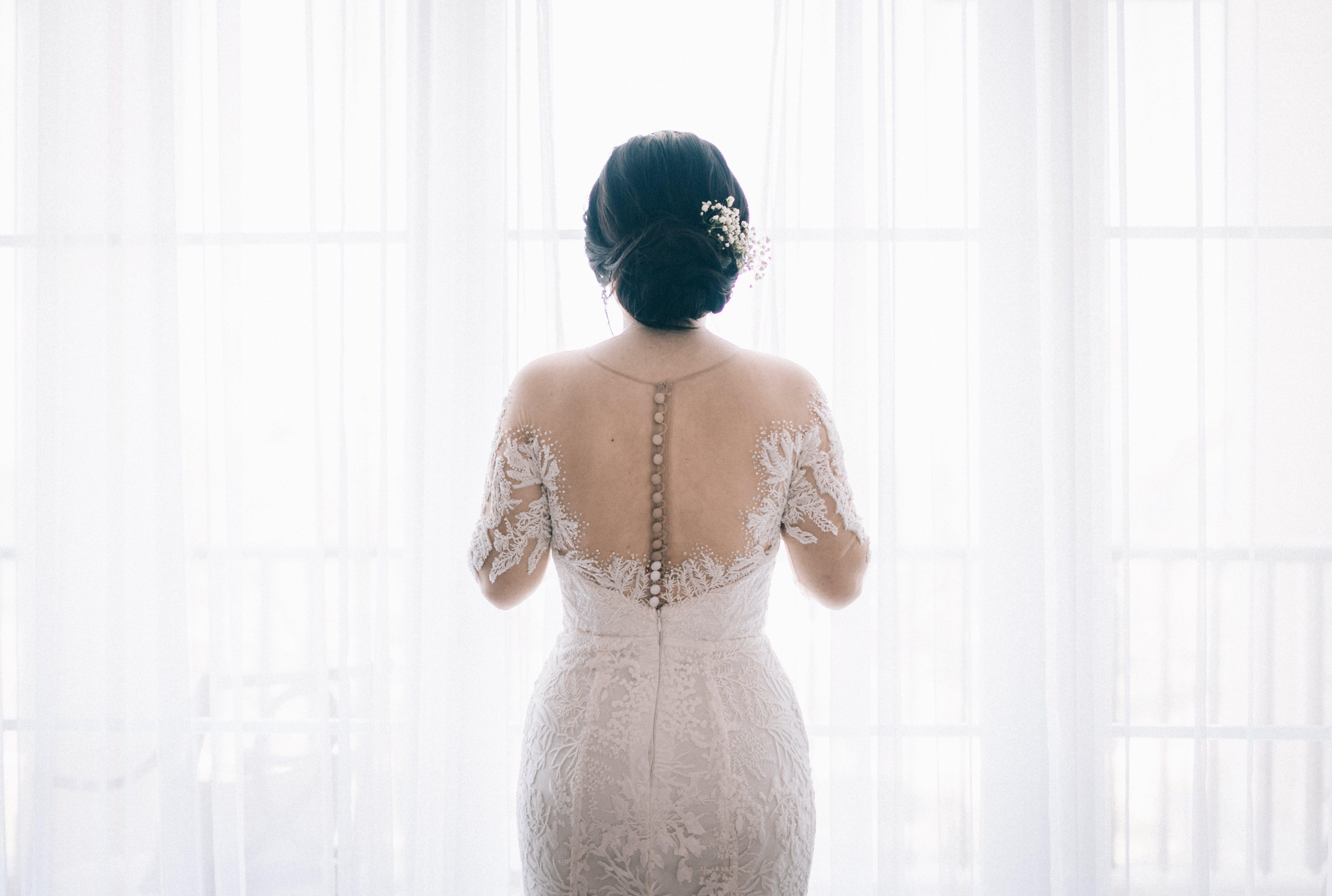 Gratis stockfoto met binnenshuis, bruid, bruidsjurk, close-up