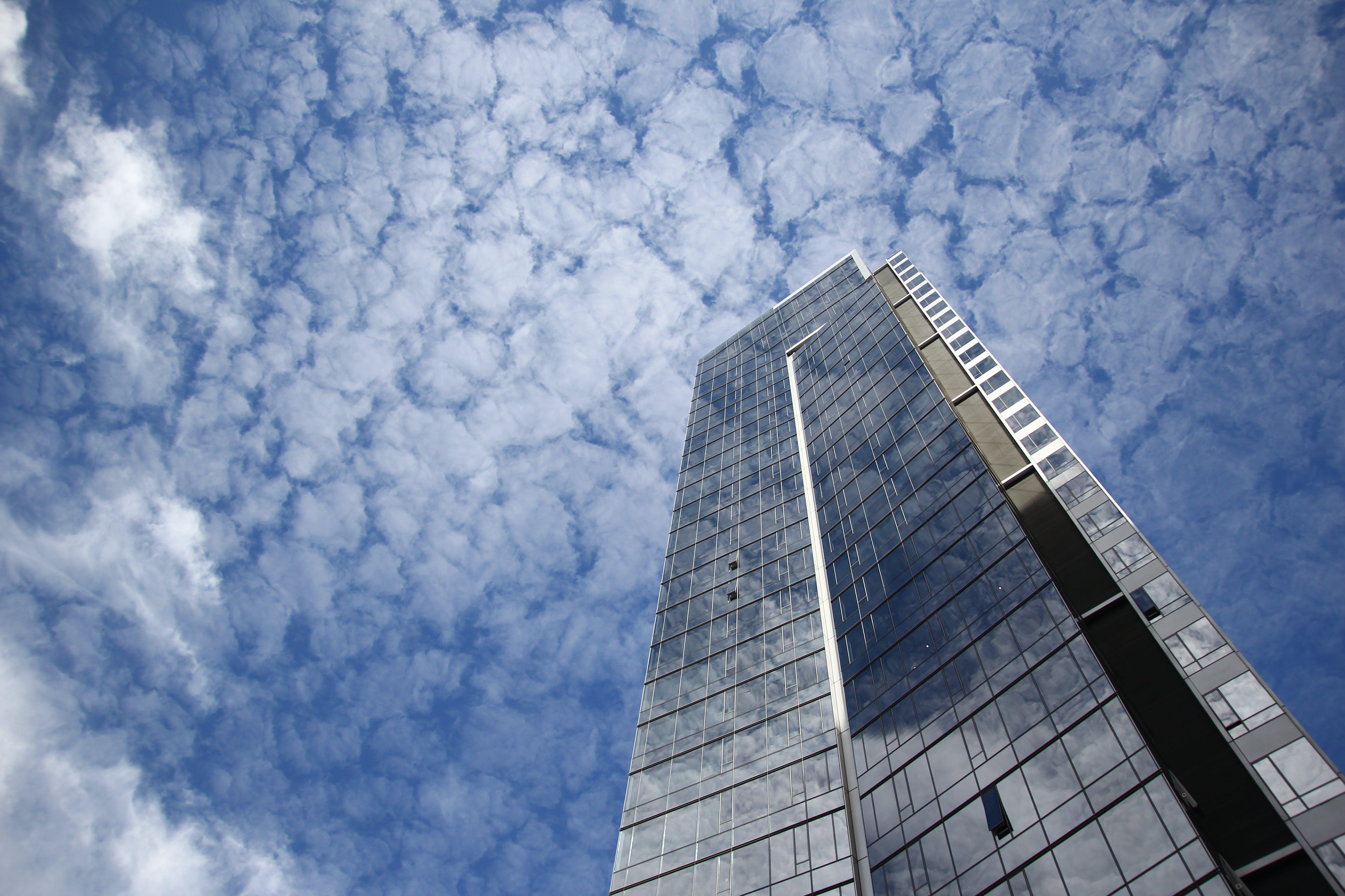 Základová fotografie zdarma na téma architektura, modrá, mrakodrap, mraky