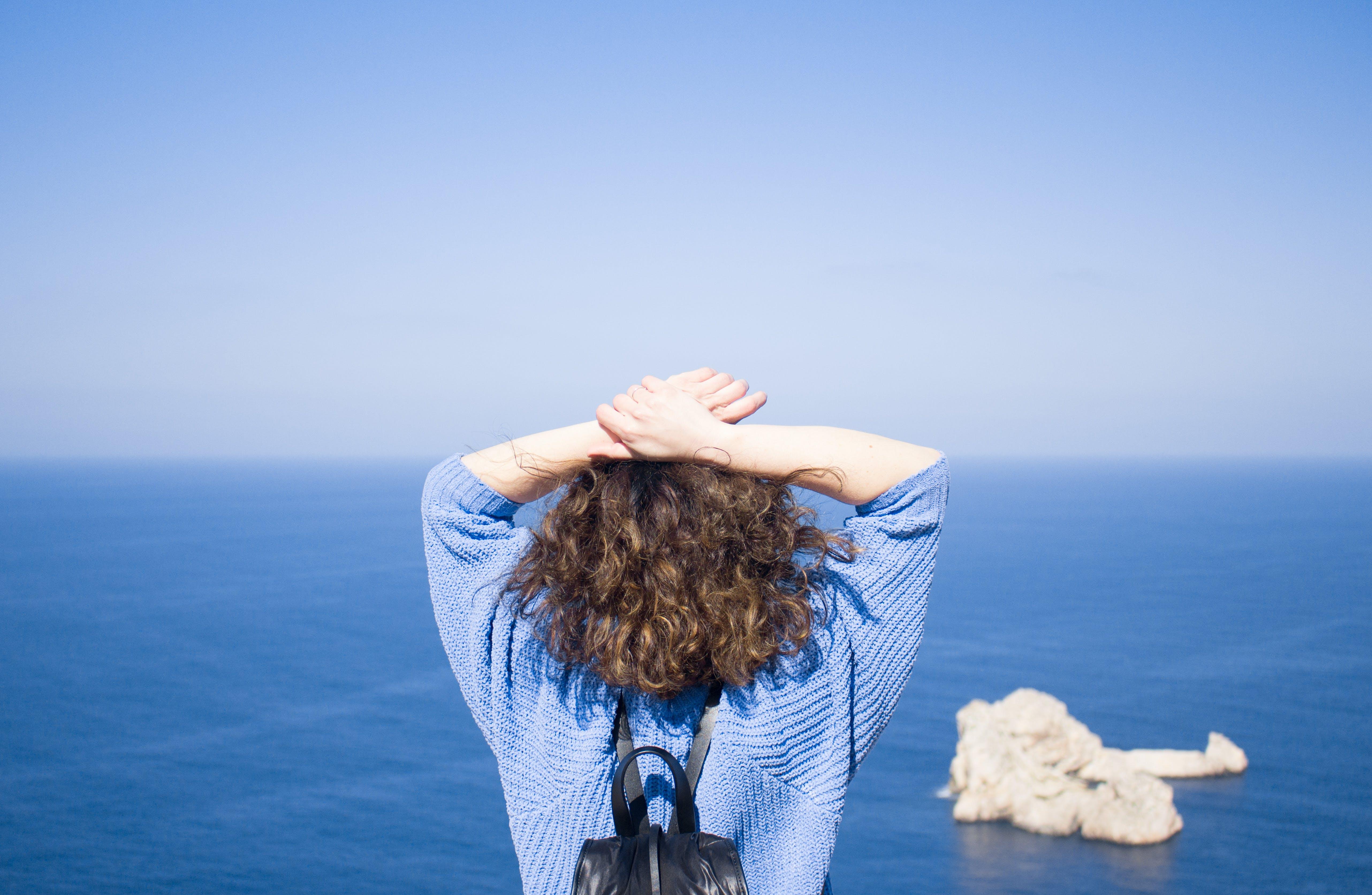 Kostenloses Stock Foto zu blau, blauer himmel, frau, himmel