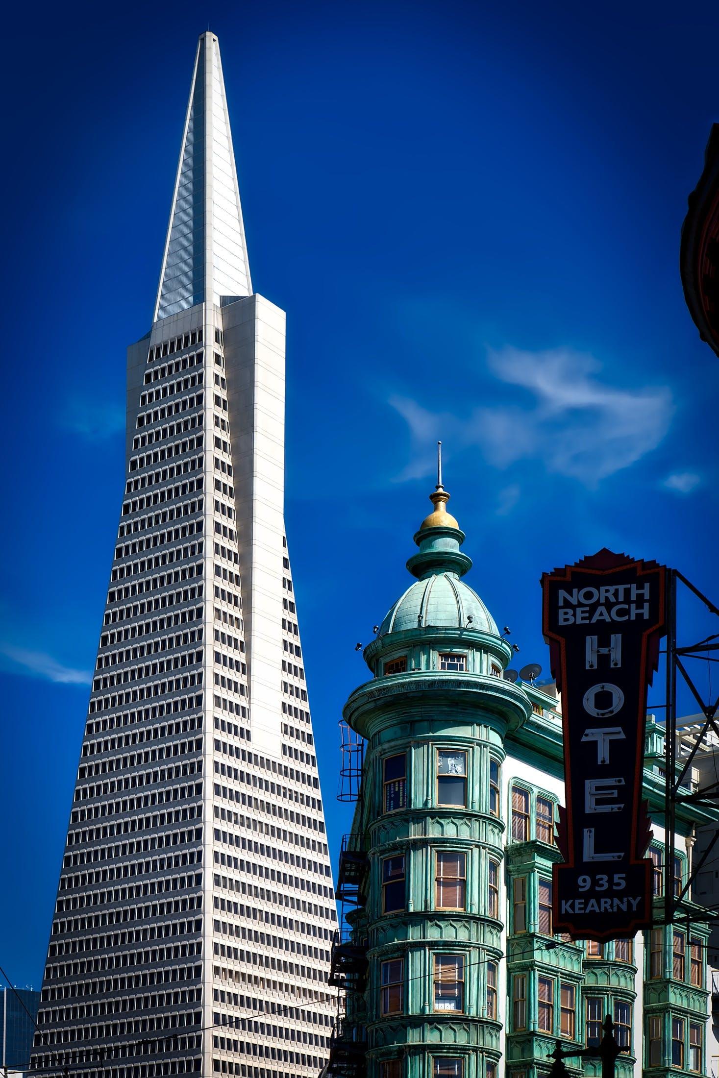 간판, 건물, 건축, 구름의 무료 스톡 사진