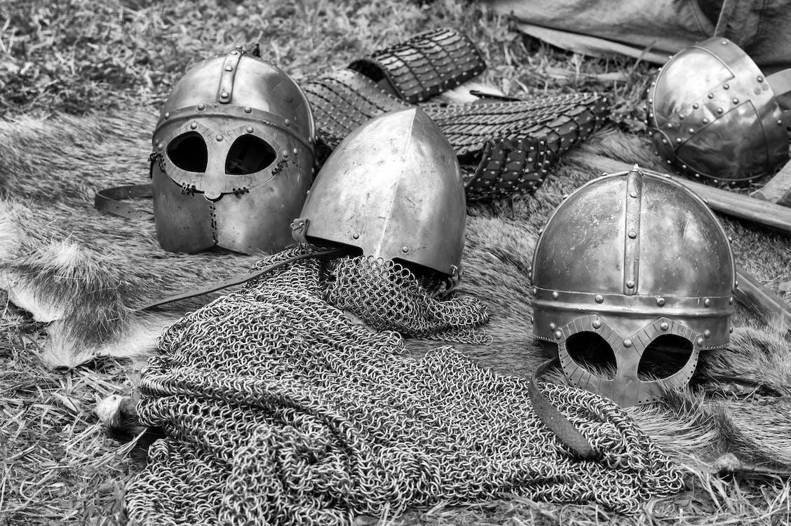 Graustufenfotografie Von Kettenhemden Und Helmen Am Boden