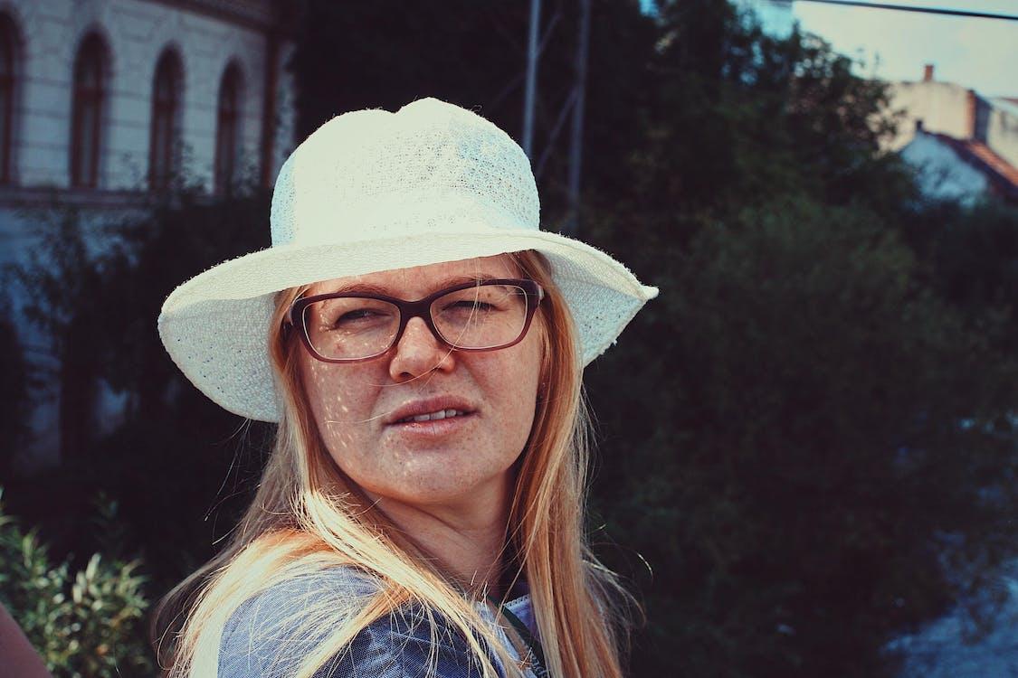 belle femme, blond, chapeau