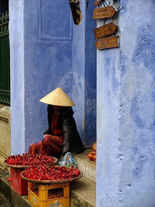 Безкоштовне стокове фото на тему «бетонна стіна, Вулиця, Денне світло, дорослий»