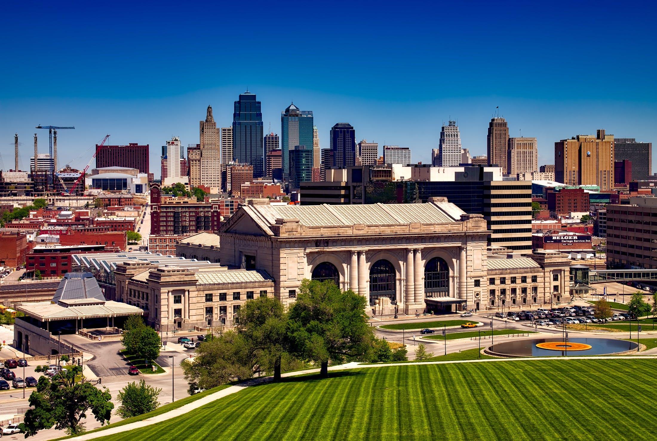 alan, binalar, çim, gökdelenler içeren Ücretsiz stok fotoğraf