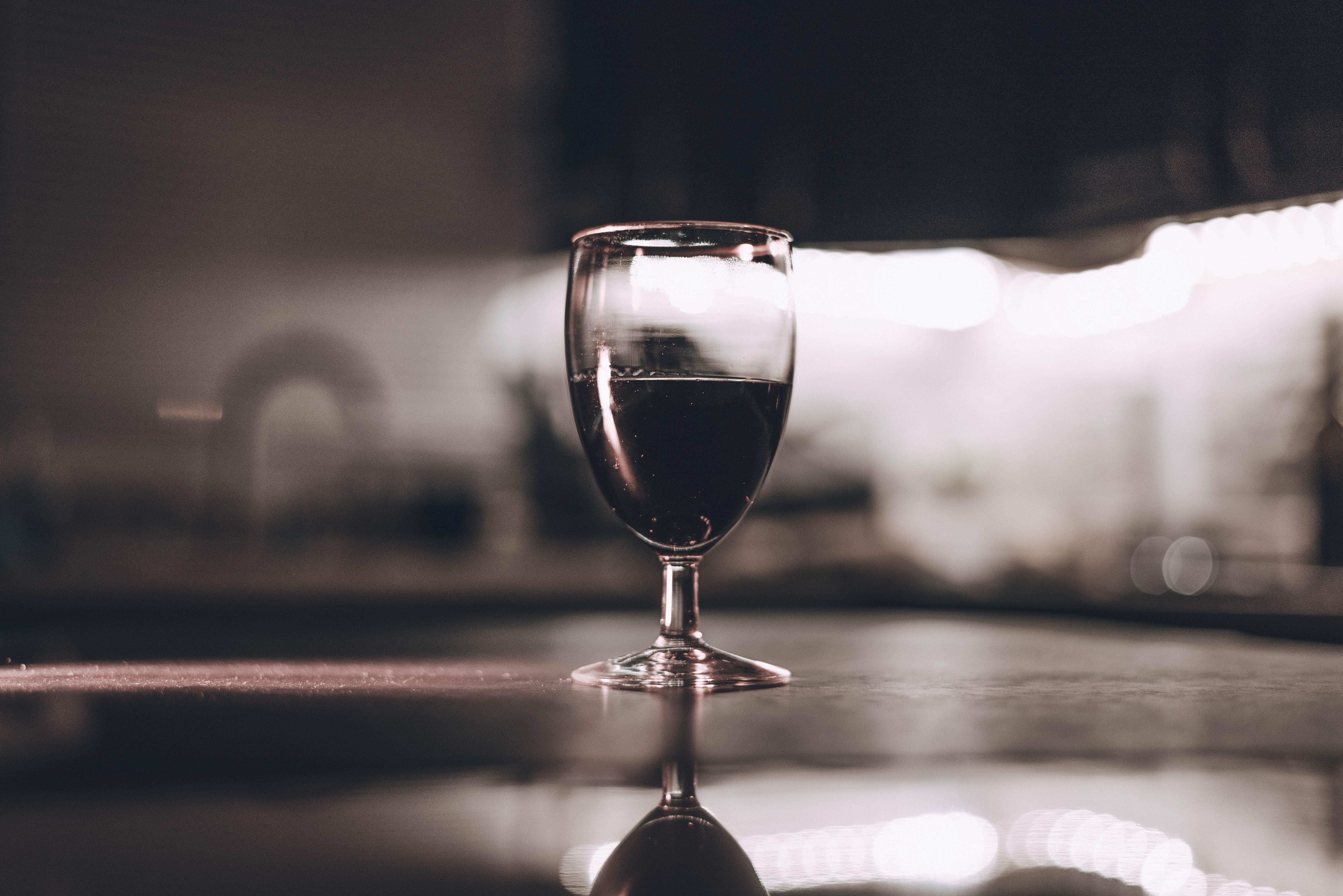 Základová fotografie zdarma na téma alkoholický nápoj, bokeh, červené víno, hloubka ostrosti