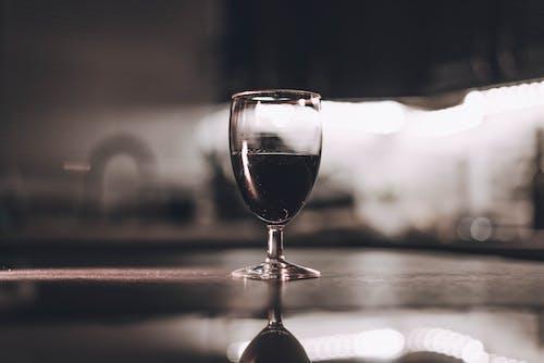 Безкоштовне стокове фото на тему «алкогольний напій, боке, великий план, винний бокал»