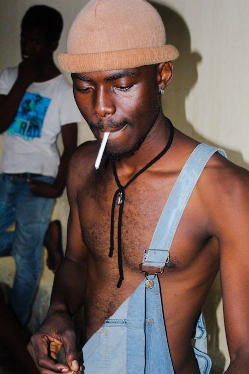 Základová fotografie zdarma na téma afroamerický, bez trička, čepice, čepka