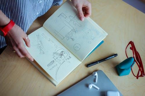 Kostenloses Stock Foto zu arbeitsplatz, bleistift, brillen, design