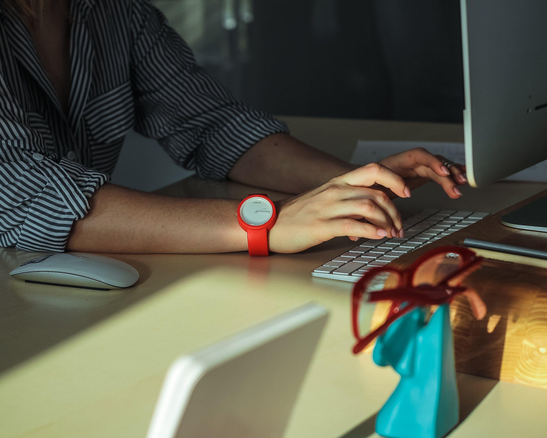 Základová fotografie zdarma na téma osoba, počítač, pracovní stůl, psaní na počítači