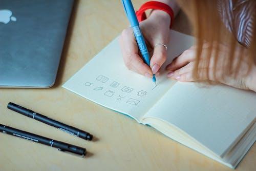 Ảnh lưu trữ miễn phí về bài tập về nhà, bàn, bút, cận cảnh