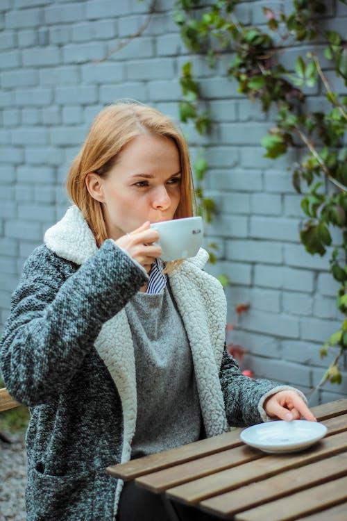 Fotobanka sbezplatnými fotkami na tému cappuccino, detailný záber, hrnček, káva